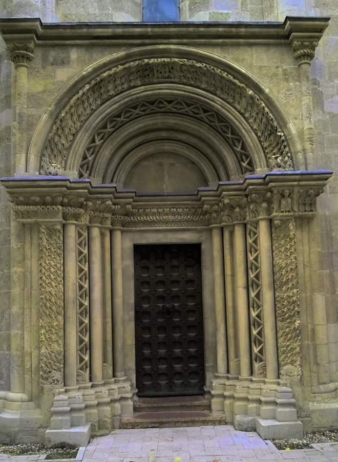 Das Portal der romanischen Kirche in Lébény