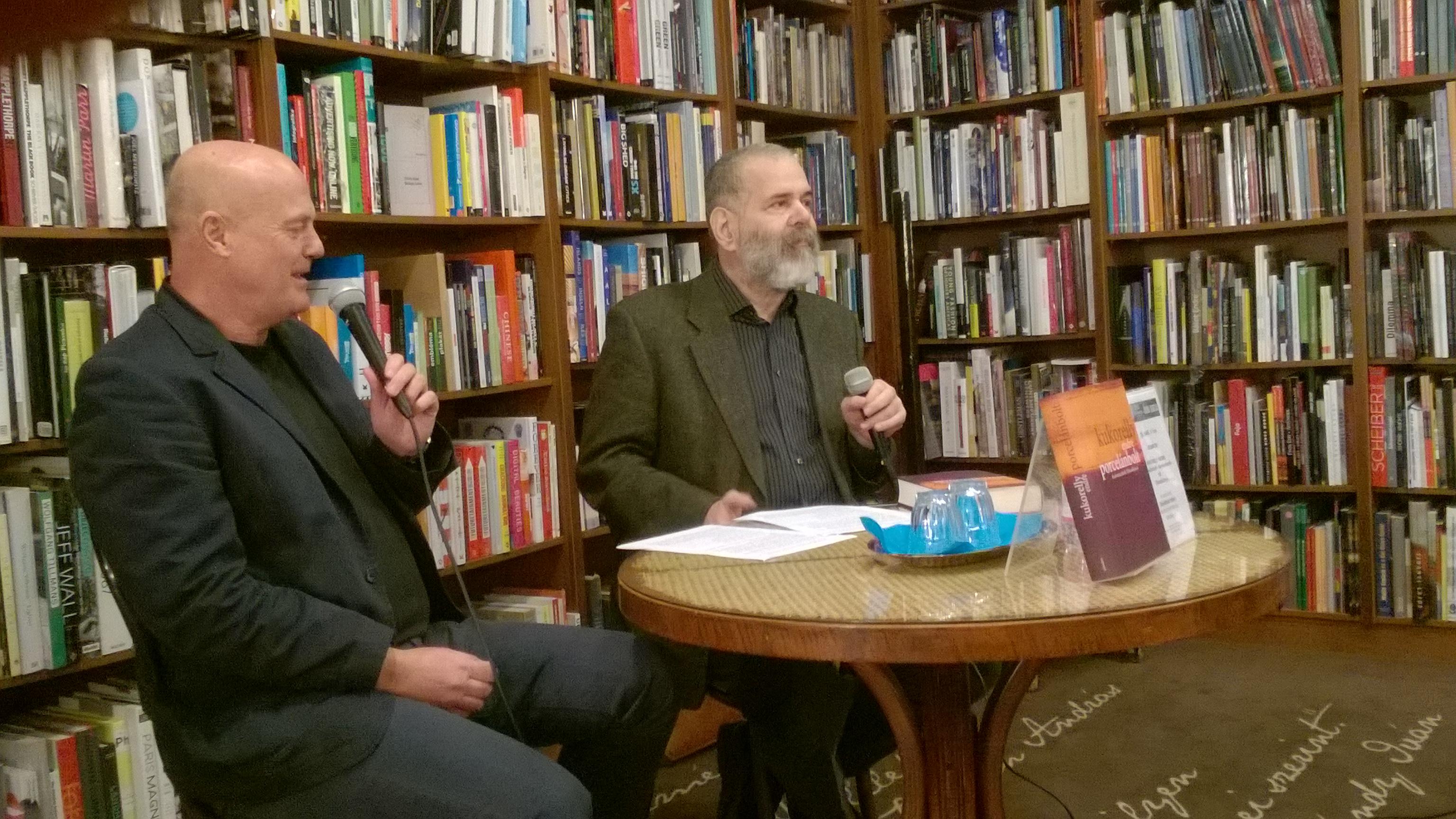 In der Autorenbuchhandlung (Írók boltja) stellt der Literaturhistoriker Péter Dávidházi das neue Buch von Endre Kukorelly (links) vor.